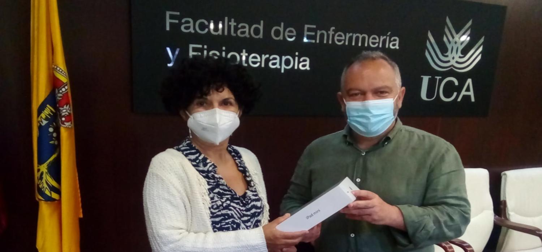 El vicerrector de Cultura, José María Pérez Monguió, hace entrega del premio del Proyecto Opina 2021 del Servicio de Extensión Universitaria
